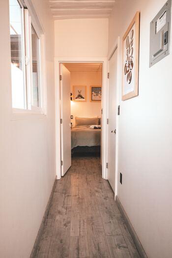 最近では、賃貸でも無垢の木の質感を楽しめるように、接着剤やビスを使わず敷ける、フローリングが販売されています。床が上がることで、ドアの開閉ができなくならないように、購入前に採寸しましょう。