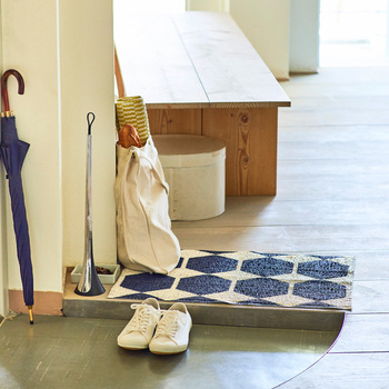 玄関の棚の上や、通勤バッグの中など、普段の生活の中で目につきにくい場所をスマホの定位置にします。