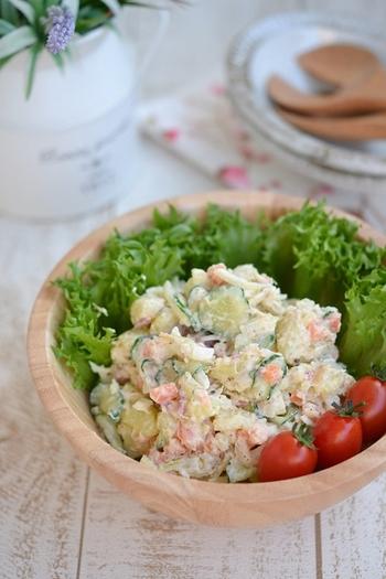いつものポテトサラダに、梅とかつおぶしをプラス。さっぱりした酸味と濃いうまみが加わって、ちょっと特別な味になります。