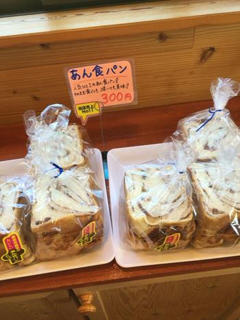 そんな藤森芳酵堂の人気NO1が、ずっしり食べごたえのあるあん食パン。店内にはカフェスペースが併設されており、焼きたてをその場でいただくことができますよ。