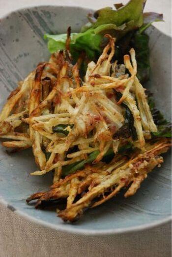 ごぼうを少し天日干しし、梅肉と粉をつけて揚げます。食感も風味もよく、栄養も満点。おかずにもおつまみにもぴったりのアイデアレシピです。