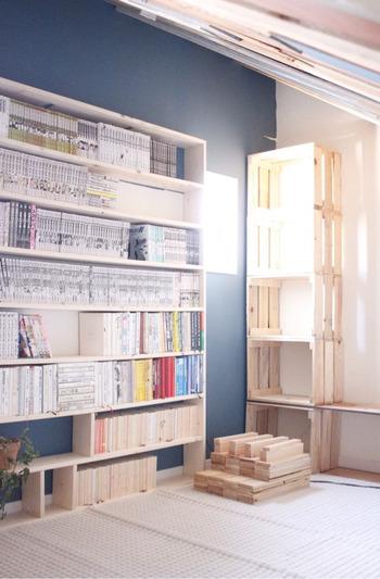 こちらのお宅は、お部屋に入った瞬間、本に包まれるような感覚になれそうな「自宅図書館」を実現しています。  本棚前の床にはラグを敷いて、ゆったりと足を伸ばして本を読める環境に。読書に没頭できそうなリラックス空間に仕上がっていますね。