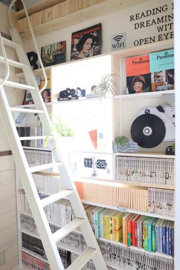 階段サイドを床から天井まで本棚にしたアイデア。デッドスペースになりがちな空間を有効に活用しています。