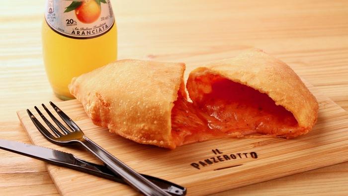 メニューは、モッツァレラチーズ、トマトソース、オレガノの「CLASSICO」や、生ハム、トマト、ベビーリーフの「MILANO SAND」など8種類ほど。揚げたてをいただけるので、ふっくらモチモチのピザ生地からあふれるチーズが抜群のおいいさです。