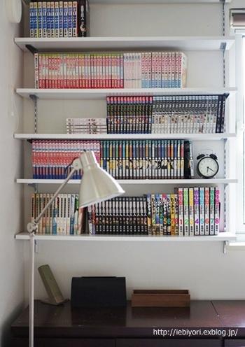 こちらのお宅は、寝室の壁面一面をDIYで本棚に。何度でも読み返したい作品は、一番手に取りやすい最下段に収納しているのだそう。