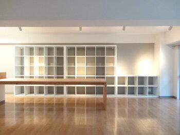 広々としたLDKの主役は、天井にまで伸びる造作本棚。ところどころ余白をつくりながら、ランダムに雑貨や本を収納するだけで絵になります。