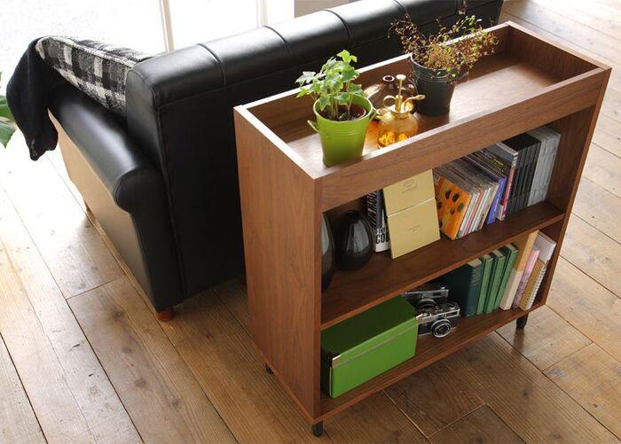 リビングソファの背面は、デッドスペースになりがち。でも本棚を置けば、読みたい時にすぐ本を手にとることができるだけでなく、インテリアとしても素敵に仕上がります。本棚の上部は、ディスプレイやサイドテーブル代わりなどにも使えて便利。