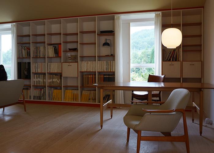 本は自分の内面を映し出すモノ。そんな「本のある暮らし」は、どこか心をほっとさせてくれます。もし、クローゼットや納戸の奥にしまっている本があるなら、もう一度表に出して本棚に並べてみてはいかがでしょう。