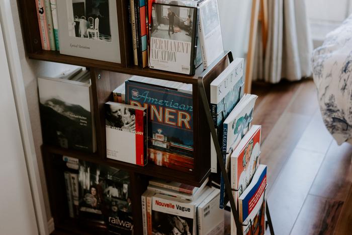 正方形のボックスとマガジンラックが一体化したモダンな本棚。飾りながら収納することで、アートのように印象的に際立ちます。テイストを揃えて収納すれば、自分らしいとっておきのギャラリーに。