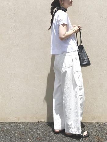 白×白の組み合わせを小物の黒で上手く引き締めたスタイル。ショート丈のTシャツを合わせることで、ワイドパンツもスッキリと見えますね。小さく散らした黒小物が、全体のバランスをすっきりと整えてくれています。