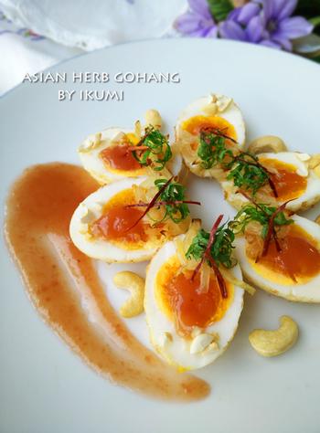ゆで卵を揚げて、フライド玉ねぎやナッツ、大葉、糸唐辛子などをトッピングし梅ナンプラーソースをかけます。ポピュラーな材料で、ちょっとおしゃれなエスニック前菜ができあがります。