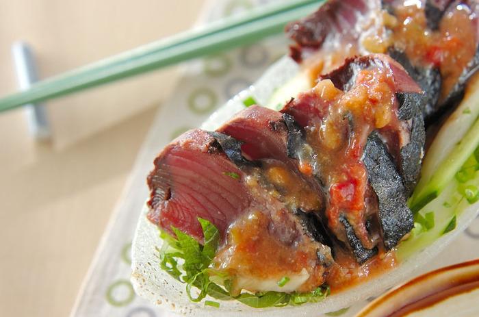 かつおのたたきに、梅味噌だれをかける新鮮なアイデア。たまにはこんな楽しみ方もいいですね。野菜もたっぷりでサラダのように味わうこともできます。