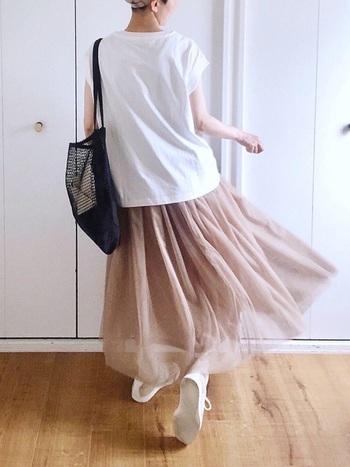 歩くたびに裾が舞うプリーツスカートは、ともするとフェミニンな雰囲気に偏りがち。白Tシャツとスニーカーを合わせてカジュアルダウンすると、旬の甘辛ミックスコーデが完成します!