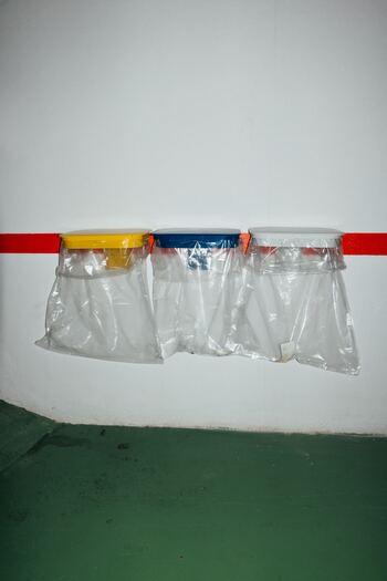 山にはゴミ箱がありません。ビニール袋はいくつか持っていると、ゴミ袋のほか、着替えをいれておく袋としても役立ちます。