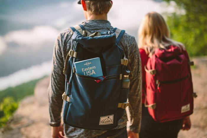 山登りで怖いのは、道に迷ってしまうこと。同じような景色が続く山では、勘だけで進むと行き止まりになってしまったり、危険なコースに入ってしまうことも。事前に登るルートや、日没前に降りてこられるように必要な出発時間の計算をしておきましょう。