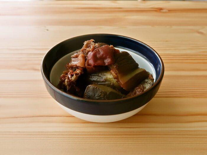 なすをフライパンで炒め、梅とかつおぶしがきいた合わせ調味料で煮て味を含ませます。2時間ほど冷やして、味がなじんだらできあがり。
