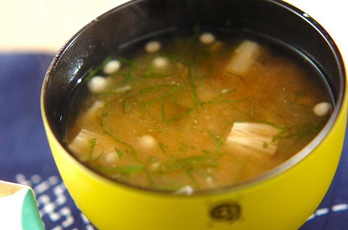 たたき梅と大葉を入れたお味噌汁。味噌と梅は、とてもよく合います。梅の味を引き立てるために、味噌を少し控えめにするといいとか。たまにはこんなお味噌汁も変化があっていいですね。