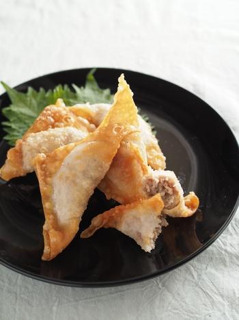 えのき・豚・梅を合わせたたねをワンタンの皮で包んで、カラリと揚げます。包んだ状態で冷凍することもできますので、忙しい方にもおすすめです。