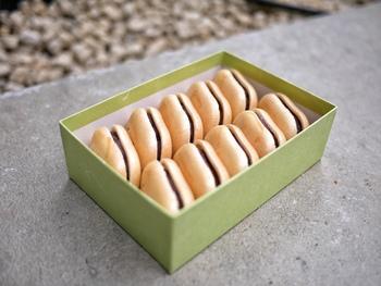 明治17年から続く和菓子の老舗の和菓子屋さん「空也(くうや)」のもなかは、素材の味にこだわり、餡からすべてが自家製。添加物や保存料を一切使用していない、安心で優しい味わいです。