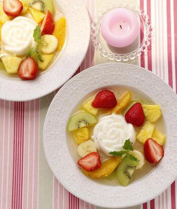 フルーツスープにバニラの風味いっぱいの自家製パンナコッタをプラス。レストランでいただくようなリッチなスイーツの完成です!