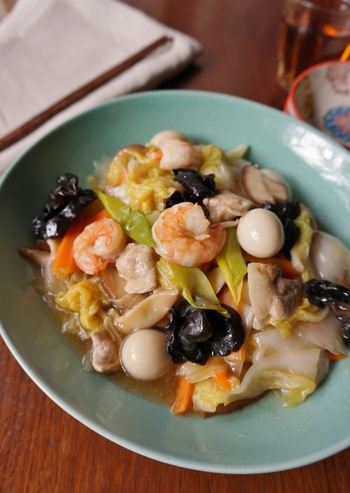 8種の食材を使う八宝菜は、食卓に映える豪華な一品です。下ごしらえが少し大変ですが、丁寧に処理することで美味しく仕上がります。食材を減らして余り野菜で作っても。