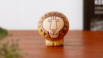 リサ・ラーソンの代表的な作品のひとつであるライオン。心温まるユーモラスな表情が、どこか人間的にも思えてきます。丸みのあるフォルムも可愛らしいですね。
