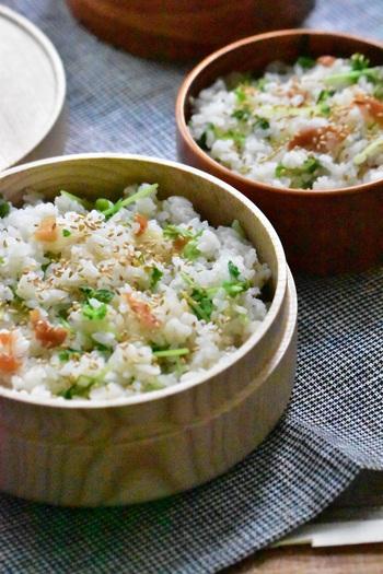 いつもの白ごはんを、炊き込みご飯や混ぜご飯に変えるだけで、お弁当はちょっぴり豪華になります。<豆苗と梅干のまぜご飯>は、香り豊かで見た目もバッチリ!梅干しと豆苗というさっぱり系食材の組み合わせなので、食欲が落ちている時にもおすすめ。仕上げの白ごまが、よりおいしく見せるためのポイントです。