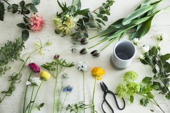 お部屋のイメージをがらりと変えたいと思ったら、大きな花や色鮮やかな花などインパクトのあるものを選ぶのがおすすめ。  空間のアクセントになる、大きな鉢植えや枝もののグリーンも素敵ですね。