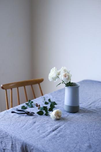 複数飾るときには、高低差をつけたり花瓶の大きさを変えることでコーディネートに奥行きが生まれます。よりカジュアルに仕上げるなら、ざっくりと花を生けて整えすぎない方が◎