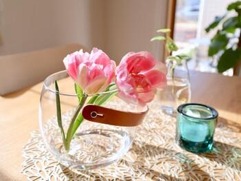 花と小物を一緒に飾るのも素敵なアイデア。アロマキャンドルと花を組み合わせた、心華やぐときめきスペースに。花瓶の下にドイリーを敷くことで、温かみのあるナチュラルインテリアに仕上がります。