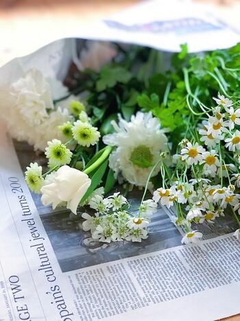 さり気なく飾るなら、インテリアの色合いになじむ小さな花を。白ベースにすれば、どんなインテリアにも調和しやすく洗練された印象に仕上がります。