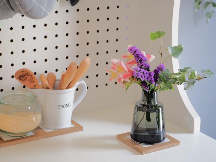 インテリアに涼やかさをもたらすガラス製の花瓶。透明感があるので、キッチンなど限られた空間に取り入れても圧迫感がありません。コースターを組み合わせると、キッチンインテリアになじみより素敵に。