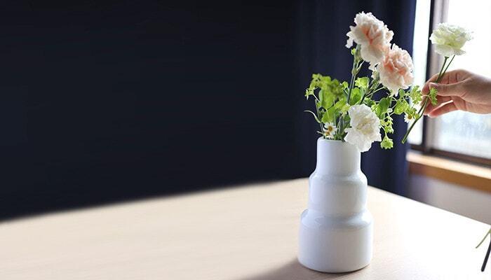 花を飾るときには、まずフラワーベース、花瓶を用意しましょう。軽やかに飾りたいなら透明感のあるガラス製のものを、アート作品のように存在感を出すなら陶磁器製のアイテムが良いでしょう。