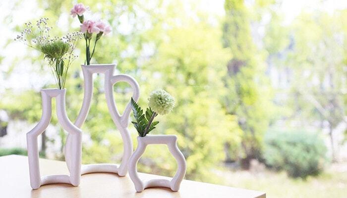 たくさんの花がないときでも、花瓶の選び方次第で素敵に飾ることはできます。写真のeramic Japan(セラミックジャパン)のstill green(スティルグリーン)は、高い技術によって生み出されたスタイリッシュで個性的なフォルムが魅力。花瓶をフレーミングしたようなデザインで、モダンインテリアにもぴったりです。