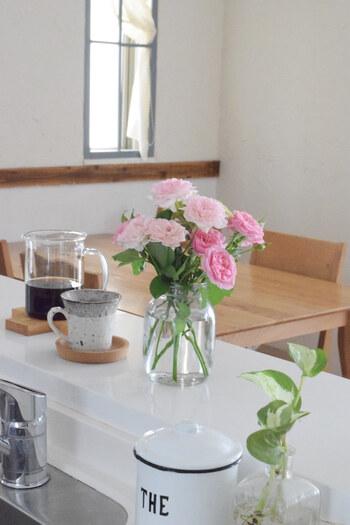 透明感のあるガラス製の花瓶が、キッチンカウンターを爽やかに演出しています。ガーデニングで育てているハーブを、使う分だけ摘んで挿しておくのも◎