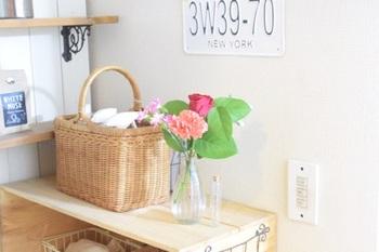 こちらのお宅では、ストックコーナーの一角に花を取り入れています。何気ない生活空間にも、お花をあしらうだけで心和む空間になります。