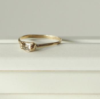 """水晶の一種である""""ハーキマーダイヤモンド""""は、ニューヨーク州ハーキマーで産出されることからその名が付いた天然石。細身の真鍮のリングは石をくるみこむように加工されており、見事な一体感があります。"""