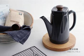 「野田琺瑯」の美しいケトルです。上は四角形、底は丸型のちょっと不思議なデザインがおしゃれ。上品で、でもどこかレトロチックな印象です。フタの持ち手が木製なところもポイントです。