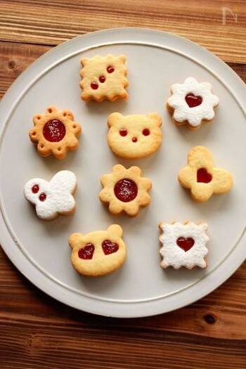 上のクッキーにはストローや小さな抜型で穴をあけ、そこからジャムが見えるようにしています。どんな模様にしようかと考えるだけでも楽しいですね。