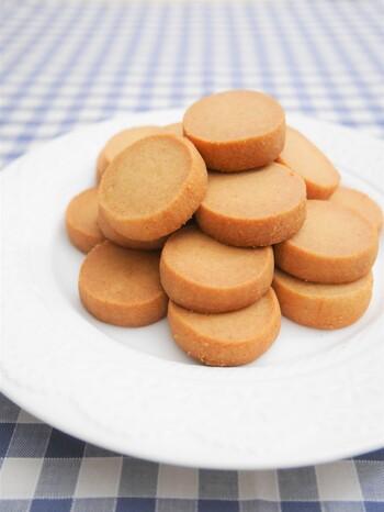きな粉の優しい味わいがクセになるきな粉クッキーです。棒状にした生地は均一な厚さになるようにカットするのが、上手に焼き上げるコツです。