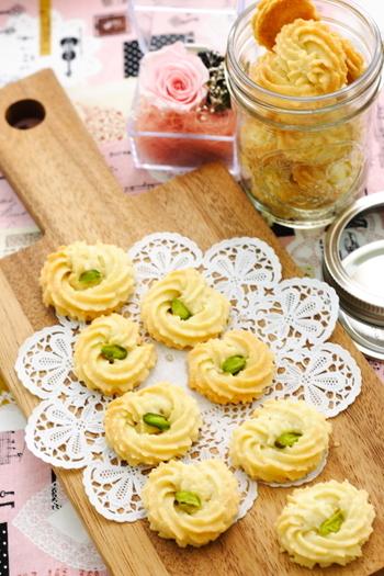 絞り出し袋を使って作るクッキーは、ひとつひとつの表情がとても愛らしく、優雅な雰囲気を醸し出すことができます。真ん中にのせるものを変えるのも面白いですね。