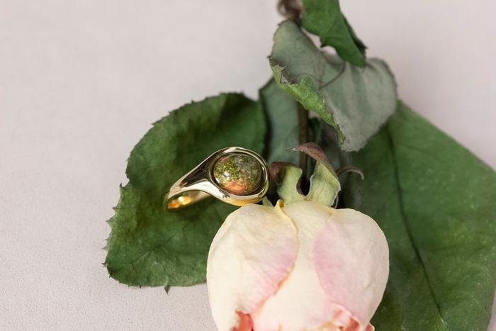 """複数の天然石が交じり合う""""ユナカイト""""は、自然のパワーをダイレクトに感じられるような風合いが魅力。真鍮の上品なツヤめきに縁取られ、落ち着いた気品を醸し出しています。"""
