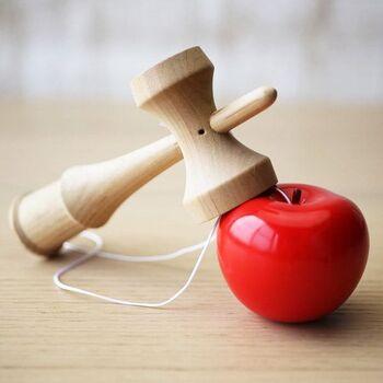 けん玉の玉の部分がりんごになった、ユーモアたっぷりの木のおもちゃ。遊べば遊ぶほど、りんごの塗料が落ちていき、本物のりんごの表皮のようになっていくのだとか。