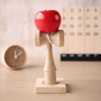 艶やかでキュートなりんごがインテリアのアイキャッチになりそう。経年変化を楽しみながら、大切に使い続けたい木のおもちゃです。