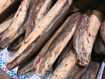 イノシン酸は、核酸を構成する成分のひとつ。カツオ(カツオ節)をはじめ、イワシ(煮干し)・サバ・鶏肉・豚肉・牛肉など動物性の食材に多く含まれます。