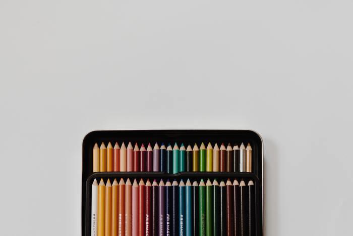 大人になると、仕事などで使う方以外は色鉛筆を手に取る機会が少なくなります。鉛筆を削る、思い思いの色を絵柄にのせていく…子どもの頃、ぬり絵が好きだった方は楽しい時間を思い出すことができ、ほんのひと時タイムスリップしたような気持ちになれるかもしれません。