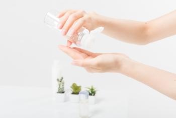 炎症がおさまったら、保湿力のある低刺激の化粧水をたっぷり使って保湿を始めましょう。コットンによるパッティングは、肌に刺激を与えてしまう可能性も。手のひらを使って優しく浸透させましょう。
