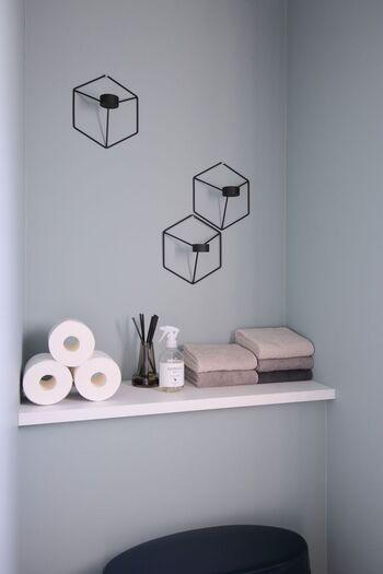 壁面にはスタイリッシュな雑貨をディスプレイ。タオルやトイレットペーパーは直置きして外国のインテリア風に。