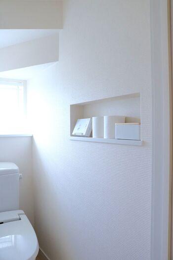 白でまとめたシンプルなトイレ。真っ白な壁に、トイレットペーパーも収納ボックスも白でまとめて統一感を出して。