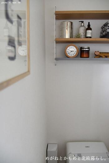 壁面にディスプレイラックを設置。消臭剤や除菌スプレーに加えて、お気に入りの雑貨をディスプレイ。